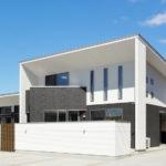 モダンで現代的なデザインのガレージハウス
