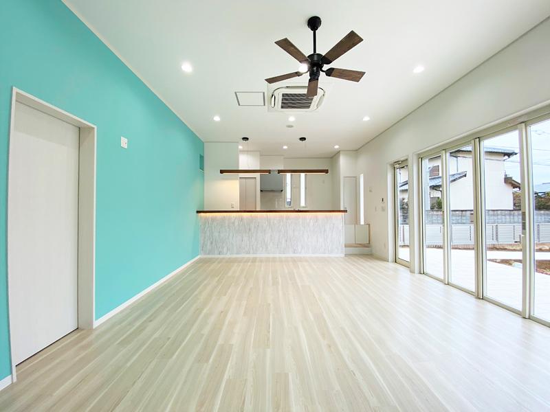 ミントグリーンのアクセントクロスが美しいハワイのカフェのような美容室
